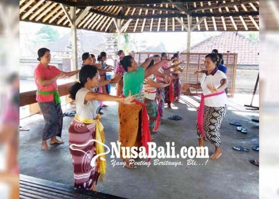 Nusabali.com - padukan-tari-sakral-dan-maskot-desa