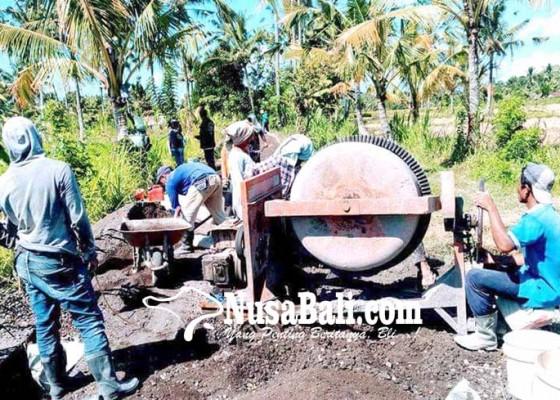 Nusabali.com - desa-rendang-bangun-jalan-pertanian