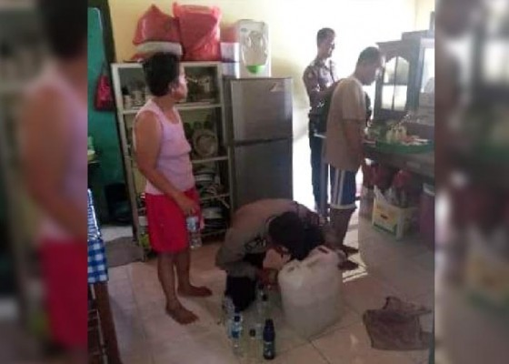 Nusabali.com - polisi-gerebek-penyuling-arak