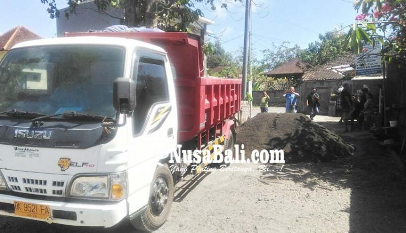 www.nusabali.com-jalan-masuk-perumahan-diblokir-dengan-pasir