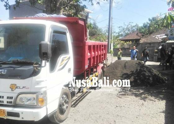 Nusabali.com - jalan-masuk-perumahan-diblokir-dengan-pasir