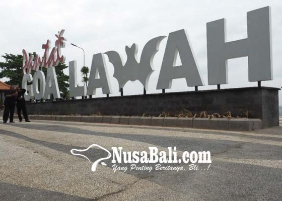 Nusabali.com - pengunjung-naiki-tulisan-pantai-goa-lawah