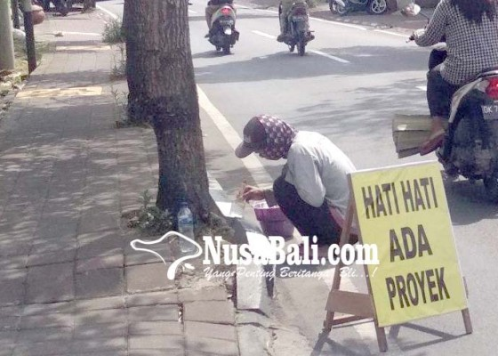 Nusabali.com - dishub-cat-ulang-kastin-di-ruas-jalan-protokol