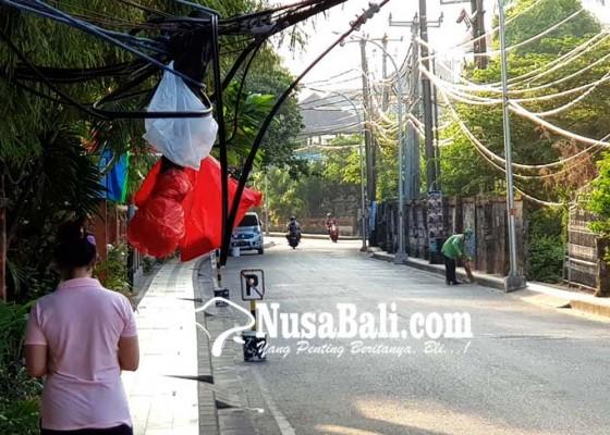 Nusabali.com - kabel-bergelantungan-bikin-khawatir-warga