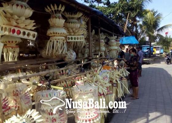 Nusabali.com - perlengkapan-penjor-diserbu-pembeli