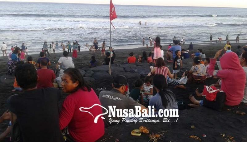 www.nusabali.com-gelombang-tinggi-pasang-bendera-merah