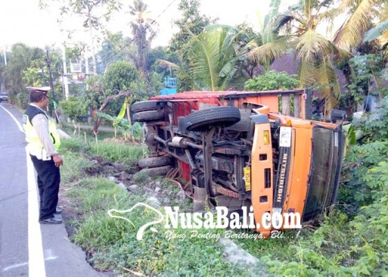 Nusabali.com - as-panjang-patah-truk-muat-baja-terguling