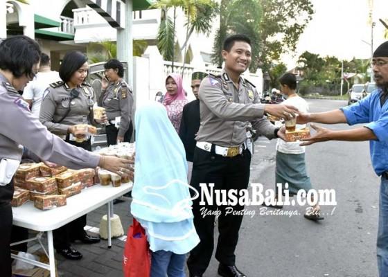 Nusabali.com - bagikan-takjil-dan-perpanjangan-sim-di-masjid