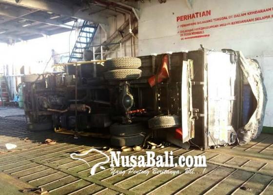 Nusabali.com - diguncang-ombak-truk-sarat-muatan-terguling-di-kapal