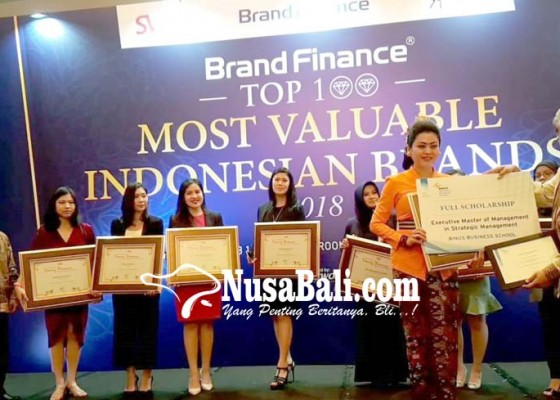 Nusabali.com - kadek-kaori-raih-award-young-woman-future-business-leaders-2018