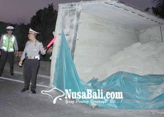 Nusabali.com - tabrak-tiang-listrik-tronton-terguling
