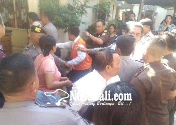 Nusabali.com - usai-sidang-empat-terdakwa-langsung-dikeroyok-keluarga-korban