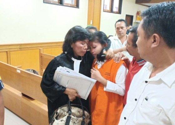 Nusabali.com - didakwa-hukuman-mati-ibu-pembunuh-tiga-anaknya-nangis