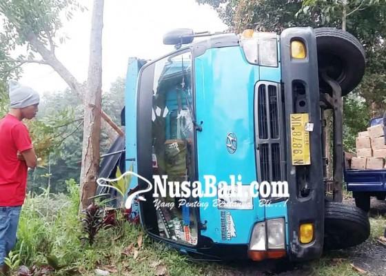 Nusabali.com - gagal-persneling-truk-terguling-di-gitgit