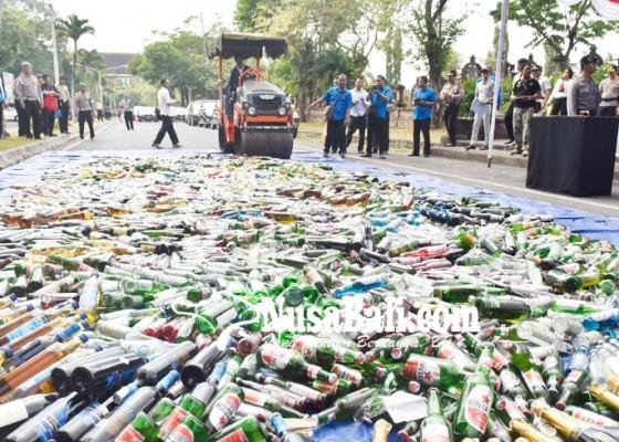 Nusabali.com - polisi-musnahkan-ribuan-botol-miras