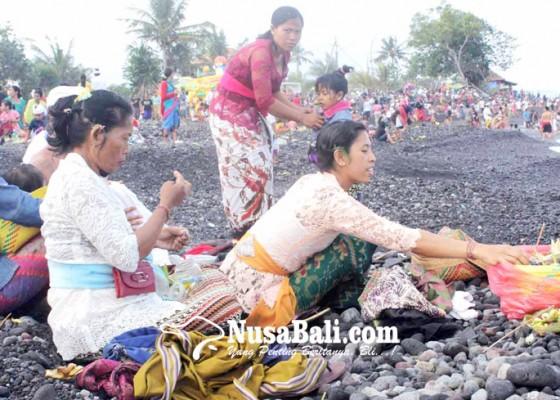 Nusabali.com - kuningan-warga-ramai-ramai-malukat-di-pantai-jasri