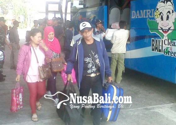 Nusabali.com - terminal-mengwi-semakin-diserbu-pemudik