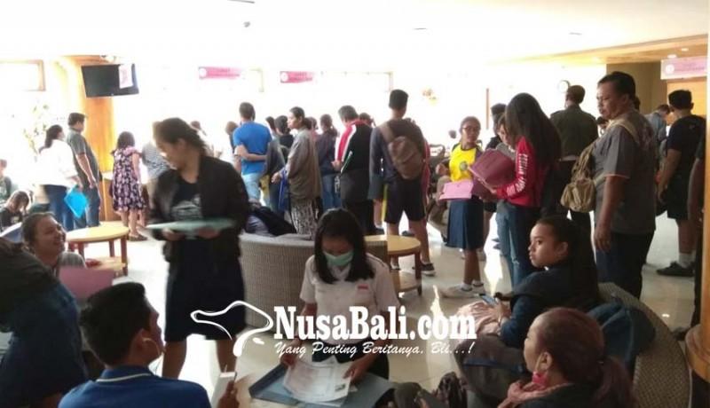 www.nusabali.com-siswa-dan-orangtua-serbu-disdukcapil-kota-denpasar
