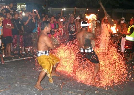 Nusabali.com - buang-mala-krama-banjar-puri-satria-kawan-lakukan-lukat-gni