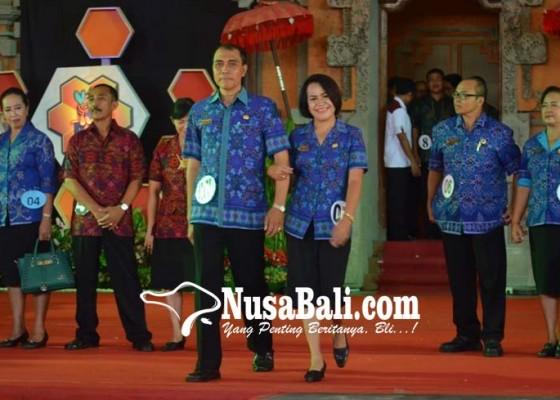Nusabali.com - guru-jadi-model-di-fashion-show