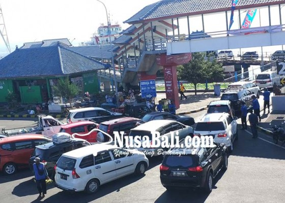 Nusabali.com - malam-antrean-mobil-sempat-tembus-2-km