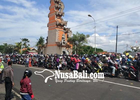 Nusabali.com - mobil-pribadi-antre-6-jam-di-gilimanuk