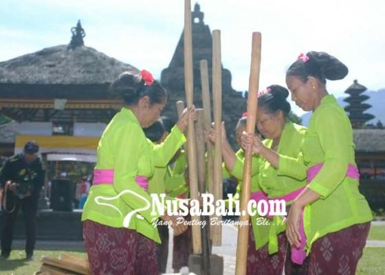 Nusabali.com - tradisi-ngoncang-meriahkan-pra-festival-ulun-danu-beratan