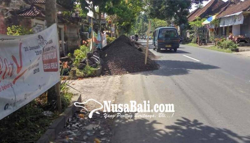 www.nusabali.com-pasir-tutup-bahu-jalan-picu-kecelakaan