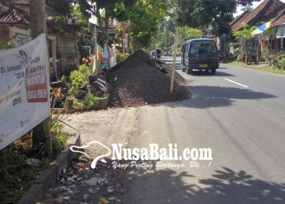 Nusabali.com - pasir-tutup-bahu-jalan-picu-kecelakaan