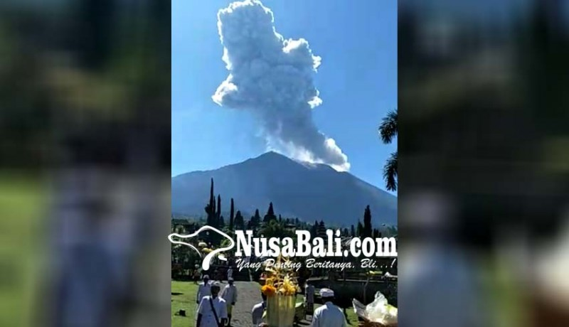 www.nusabali.com-pamedek-abadikan-erupsi-gunung-agung