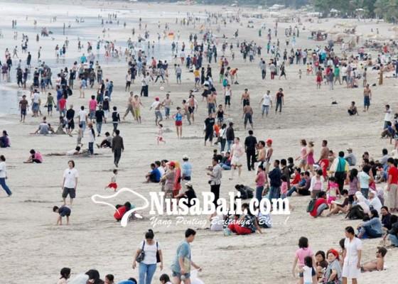 Nusabali.com - objek-wisata-pantai-kuta-diserbu-wisdom