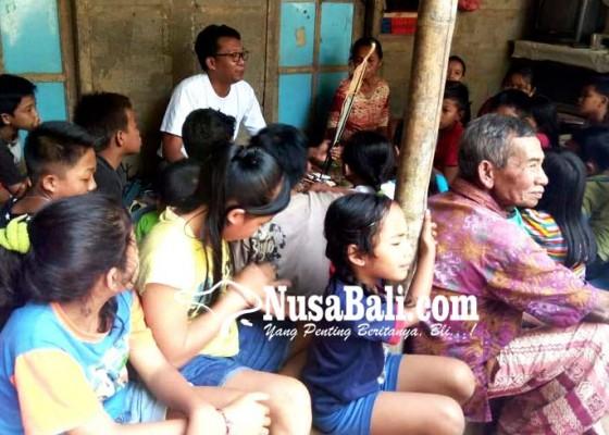 Nusabali.com - gm-blue-bird-jadi-dalang-hibur-anak-anak-kurang-mampu
