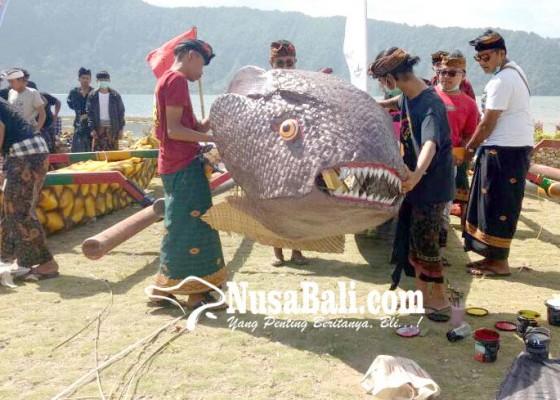 Nusabali.com - lomba-hias-sampan-dayung-tarik-perhatian-wisatawan-untuk-berfoto