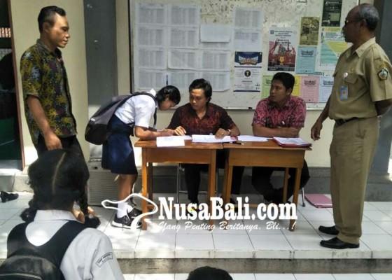 Nusabali.com - panitia-ppdb-kembalikan-piagam-meragukan