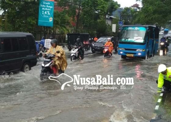Nusabali.com - hujan-dua-jam-jembatan-abiantuwung-banjir