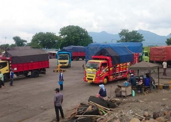 Nusabali.com - antrean-tembus-12-kilometer-di-pelabuhan-ketapang