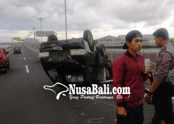 Nusabali.com - lagi-kendaraan-terbalik-di-tol-bali-mandara