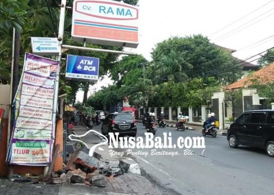 Nusabali.com - diduga-mabuk-pelajar-tabrak-trotoar-dan-palinggih