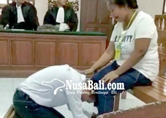 Nusabali.com - minta-maaf-terdakwa-cium-kaki-ibu