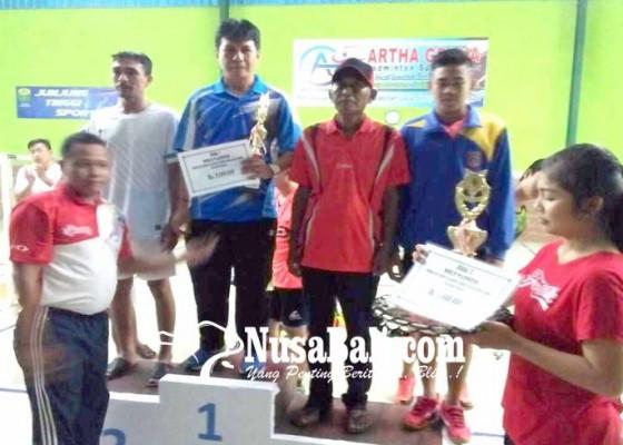 Nusabali.com - klub-sinar-bhuana-boyong-piala-bupati