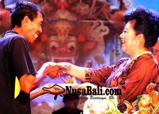 Nusabali.com - bupati-potong-tumpeng-hut-ke-378-kota-amlapura