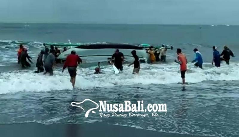 www.nusabali.com-digulung-ombak-3-jukung-nelayan-terbalik