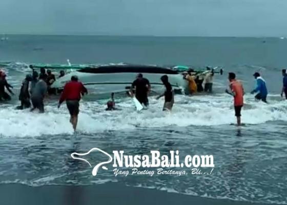 Nusabali.com - digulung-ombak-3-jukung-nelayan-terbalik