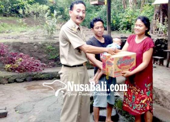 Nusabali.com - camat-sidemen-bantu-balita-tuna-netra-dan-lumpuh