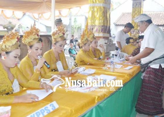Nusabali.com - petugas-kpps-8-banjar-blungbang-kenakan-busana-ala-penari-tenun