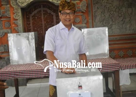 Nusabali.com - wabup-suiasa-nyoblos-di-tps-7-desa-pecatu