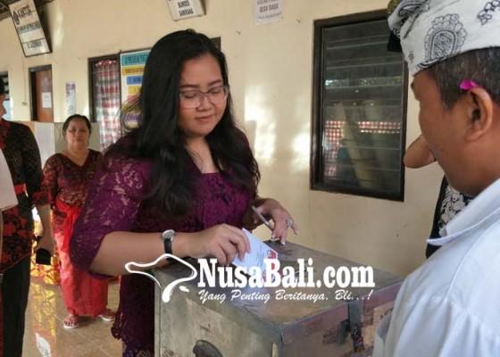 Nusabali.com - kali-pertama-nyoblos-anak-koster-kurek-wajah-ayahnya