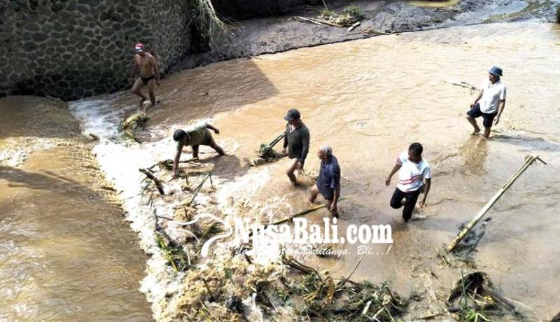www.nusabali.com-dinas-pu-bersihkan-material-banjir-bandang
