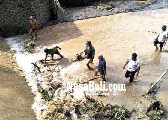 Nusabali.com - dinas-pu-bersihkan-material-banjir-bandang