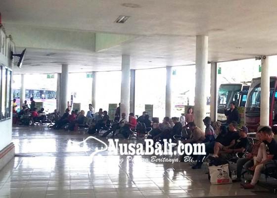 Nusabali.com - bandara-ditutup-penumpang-di-terminal-mengwi-masih-normal